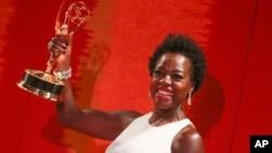 黑人女演員維奧拉戴維斯﹐榮獲劇情類最佳女主角獎。