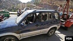 Mobil yang dipakai oleh guru bahasa warga AS yang diserang kawanan bersenjata di Taiz, Yaman selatan (18/3).