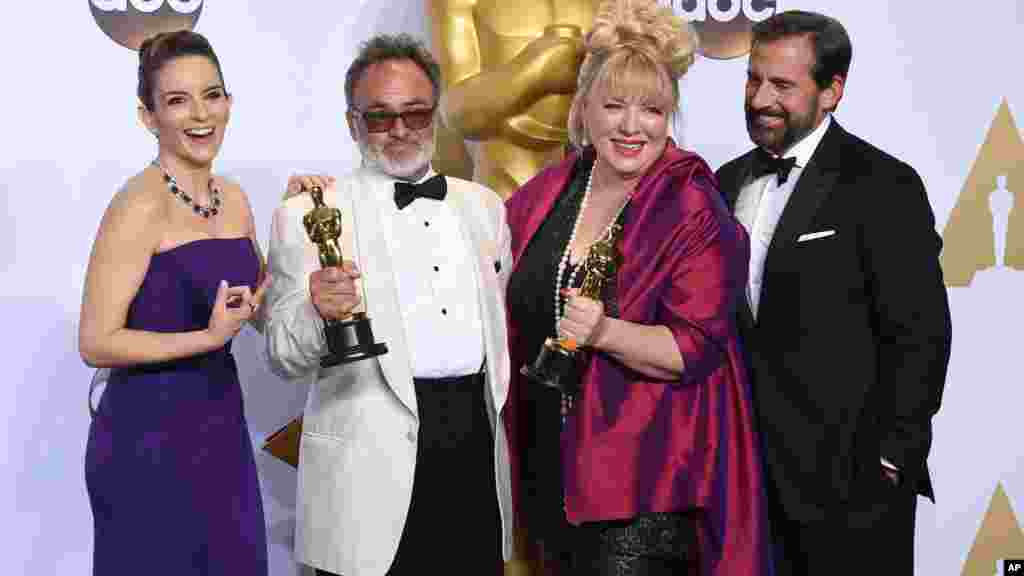 """Tina Fey, Steve Carell et Colin Gibson, et Lisa Thompson, lauréats du prix de la meilleure conception de la production du film """"Mad Max: Fury Road"""", février 28, 2016."""