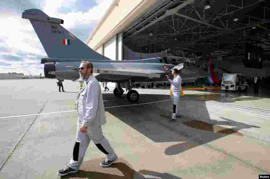بھارت کے وزیر دفاع راج ناتھ سنگھ نے ایک بیان میں کہا ہے کہ 'رافیل' طیاروں کی شمولیت سے بھارت کی فوجی تاریخ میں نیا باب رقم ہوا ہے۔