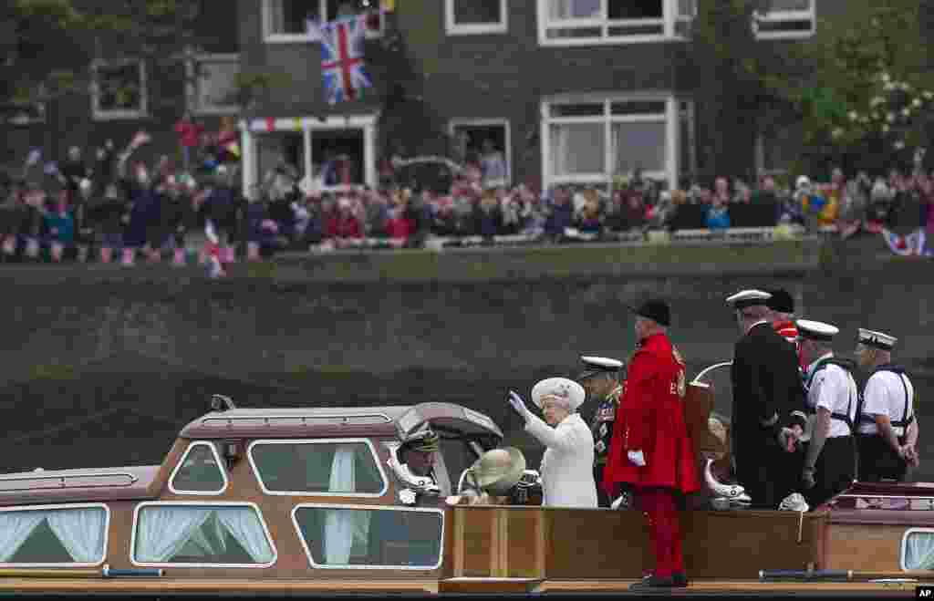 Britain's Queen Elizabeth and Prince Philip embark from Chelsea Harbour on a launch in London on the first part of their journey in the Diamond Jubilee River Pageant, June 3, 2012 .