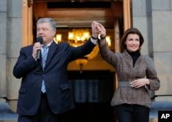 Петро та Марина Порошенко спілкуються з прихильниками президента України