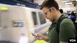 Nick Sabatasso revisa su teléfono celular mientras la estación del Centro Cívico de San Francisco una de las estaciones donde BART bloqueó la señal.