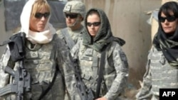 Afganistan'da halkla iyi ilişkiler kurmak için başörtüsüyle devriye gezen Amerikan askerleri