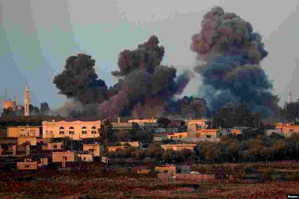 이스라엘 점령지 골란 고원에서 국경 너머 시리아 상공으로 검은 연기가 치솟고 있는 장면이 보인다.
