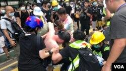 有示威者在7-13光復上水警民衝突中受傷,要由遊行主辦單位安排的救護人員當場急救,抬離現場。(美國之音湯惠云)