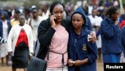 肯尼亞內羅畢女子高中宿舍發生火災後,一名學生家長在抱緊了她的孩子 (2017年9月2日)