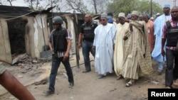 Gwamnan Jihar Borno kennan a lokacin da yake kallon inda gidajen mutane suka kone a garin Baga dake arewacin wannan jiha.