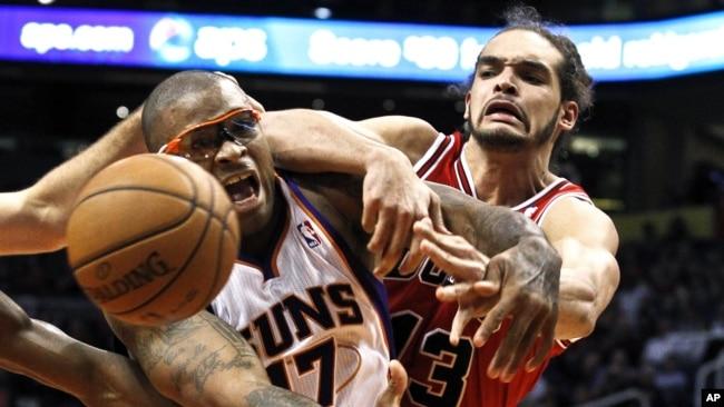 e4a5a2b3d891 Joakim Noah (à droite) joue pour les Bulls à Phoenix le 14 novembre 2012
