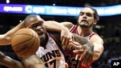 Joakim Noah jouant pour les Bulls le 14 novembre 2012. (AP /Ross D. Franklin)