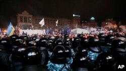 فعالان حامی اتحادیه اروپا مقابل پلیس در میدان استقلال کیف تجمع کرده اند