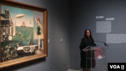 Куратор выставки Стефани Д'Алессандро у картины Харуэ Кога «Море». Photo: Oleg Sulkin