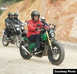 Presiden Joko Widodo mengendarai sepeda motor dalam kunjungan ke jalan trans-Kalimantan di Kecamatan Krayan, Nunukan, Kalimantan Utara, Kamis 19/12. (Biro Setpres RI)