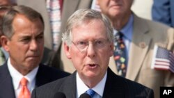 Pemimpin mayoritas senat AS, Mitch McConnell didampingi Ketua DPR John Boehner (kiri), keduanya dari Partai Republik, saat berbicara di Gedung Capitol (foto: dok).