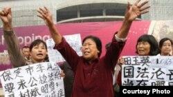 聂树斌的母亲等人在法院前示威(照片来自微博)