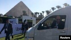 CEO UberDara Khosrowshahi, tersenyum kepada media seusai konferensi pers peluncuran layanan bis mini Uber, di Kairo, Mesir, 4 Desember 2018.
