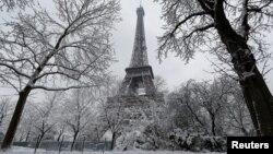 Temps hivernal à Paris près de la Tour Eiffel le 7 février 2017.