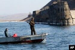 行驶在中国辽宁省丹东附近鸭绿江上的朝鲜船只。(2016年2月9日)