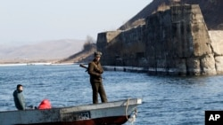 行駛在中國遼寧省丹東附近鴨綠江上的北韓船隻。(2016年2月9日)