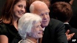 جان مککین مادر خود را در کارزار انتخاباتی ۲۰۰۸ در آغوش گرفته است