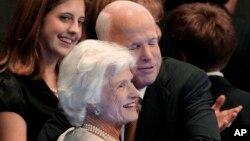 Ứng cử viên tổng thống John McCain bày tỏ tình cảm với mẹ tại Đại hội toàn quốc của Đảng Cộng hòa, ngày 4/9/2008.