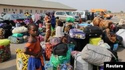 Para pengungsi yang melarikan diri dari memburuknya kondisi kemanusiaan dan kekerasan di Republik Afrika Tengah, menunggu di sebuah kamp transit di bandara di Abuja, 5 Januari 2014 (Foto: dok).