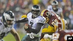 Philadelphia Eagles quarterback Michael Vick (7) rushes during the first half of an NFL football game against the Washington Redskins, 15 Nov 2010