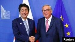 欧盟委员会主席容克在布鲁塞尔与到访的日本首相安倍晋三握手。(2019年9月27日)