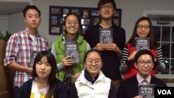 미주 한인 고등학생들의 책 동호회 'FWNK' 소속 학생들이 자신들이 탈북자들을 인터뷰해서 출간한 책 'Leaving to Live' 들고 있다.