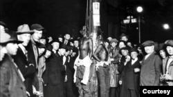 Bijelci okružili Claytona, Jacksona i McGhiea, koji su linčovani 15. juna 1920. u Duluthu u Minnesoti