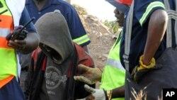 消防队员救出一非法矿工