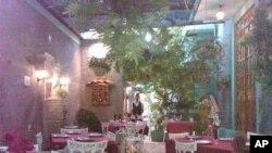 El gobierno cubano permitió por primera vez la apertura de pequeños restaurantes privados o Paladares a mediados de los años noventa.