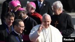 Pope Francis ရဲ႕ အိုင္ယာလန္ ၂ ရက္ခရီးစဥ္အစ Dublin ႏိုင္ငံတကာေလဆိပ္သို႔ ေရာက္ရွိလာစဥ္။ (ၾသဂုတ္ ၂၅၊ ၂၀၁၈)