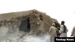 이슬람 근본주의 무장단체 '안사르 딘' 조직원들이 팀북투 사원을 파괴하고 있는 모습(자료사진)