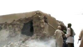 Des islamistes détruisant un monument dans Tombouctou