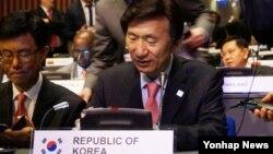 한국의 윤병세 외교부 장관이 16일 네덜란드 헤이그에서 열린 '2015 사이버스페이스 총회(Global Conference on Cyberspace 2015)'에서 기조연설을 하고 있다.