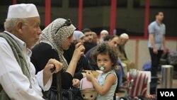 Ribuan warga Palestina antri pelayanan imigrasi di pos perbatasan Rafah, Mesir yang baru dibuka (28/5).