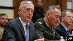 Menteri Pertahanan James Mattis (kiri) memberi kesaksian di depan Komite Angkatan Bersenjata DPR AS , Kamis (12/4).