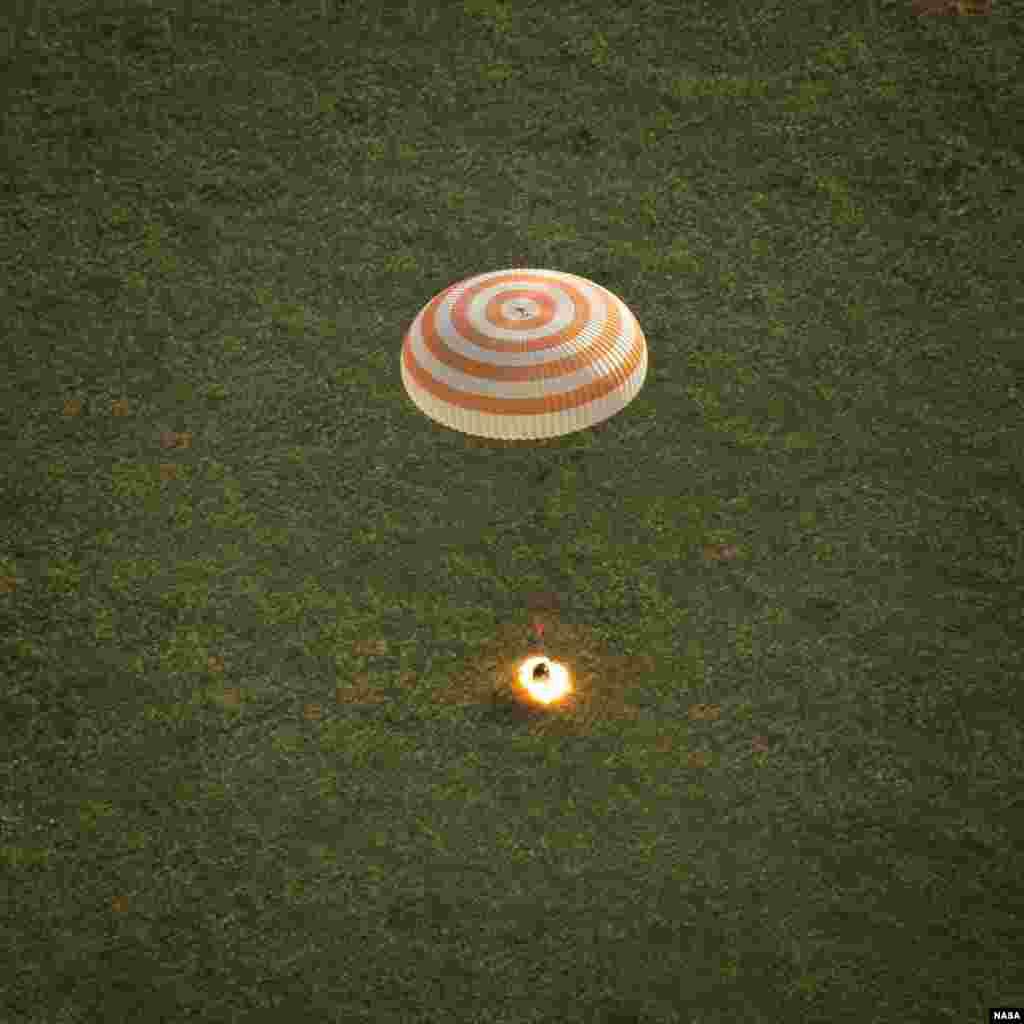Pesawat antariksa Soyuz TMA-15M mendarat dengan komandan NASA Terry Virts pada ekspedisi 43, kosmonot Anton Shkaplerov dari Badan Antariksa Rusia (Roscosmos), dan astronot Italia Samantha Cristoforetti dari Badan Antariksa Eropa (ESA), dekat kota Zhezkazgan, Kazakhstan.