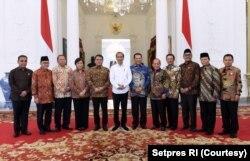 Presiden Joko Widodo berphoto bersama dengan seluruh Pimpinan MPR RI di Istana Merdeka. (Foto: Setpres RI)