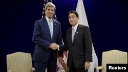 Госсекретарь США Джон Керри и министр иностранных дел Японии Фумио Кисида. Куала-Лумпур, Малайзия. 6 августа 2015 г.