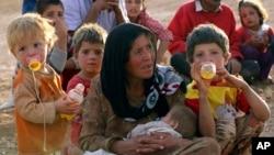 Seorang ibu pengungsi Suriah beristirahat bersama anak-anaknya di dekat Suruc, Turki (foto: dok). Kajian WHO mendapati, kekerasan yang merebak di seluruh dunia banyak terjadi pada perempuan dan anak-anak.