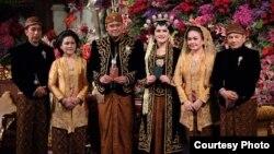Presiden Indonesia Joko Widodo (kiri) dan Ibu Negara Iriana Widodo (dua dari kiri) berpose dengan putri mereka Kahiyang Ayu dan menantu Bobby Nasution (tiga dari kanan), bersama ibunya Hanifah Siregar dan paman Irwin Nasution (R) saat berlangsungnya upacara pernikahan di Solo, Jawa Tengah, 8 November 2017.