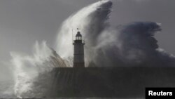 Svetionik u Njuhejvenu u jugoistočnoj Engleskoj gde su 14-godišnjeg dečaka progutali talasi tokom jake oluje koja je pogodila Evropu, 28. oktobar 2013.