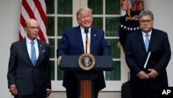 도널드 트럼프 미국 대통령이 11일 백악관에서 윌버 로스 미 상무장관과 윌리엄 바 미 국무장관이 지켜보는 가운데 인구조사(센서스)와 관련해 연설하고 있다.
