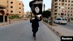 Thành viên của nhóm chủ chiến ISIL phất cờ tại Raqqa, Syria, ngày 29/6/2014.