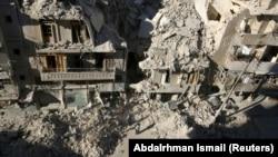 Raids aériens dans un quartier rebelle d'Alep en Syrie.