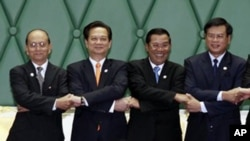 Prime Ministers, from left, Thein Sein of Myanmar, Nguyen Tan Dung of Vietnam, Hun Sen of Cambodia, and Bouasone Bouphavanh of Laos, shake hands during an opening ceremony of the 5th Cambodia, Laos, Myanmar and Vietnam summit in the Cambodia's Peace Palac
