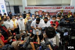 Calon Walikota Medan Bobby Nasution memberikan keterangan pers seusai pencoblosan dalam pilkada serentak 9 Desember. (VOA/Anugrah Andriansyah)