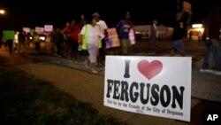 Những người biểu tình tập trung tối thứ Năm, 21/8/2014, gần địa điểm nơi thiếu niên Michael Brown bị bắn.